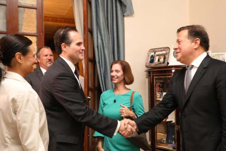 El consejero del presidente Trump, Mauricio Claver-Carone, se reunió con el presidente Juan Carlos Varela para tratar temas de seguridad, economía y política.