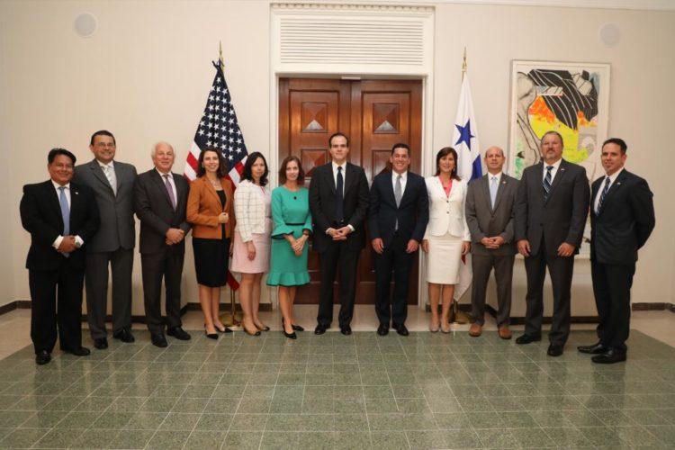 El representante de la Casa Blanca, Mauricio Claver-Carone (al centro), se reunió con el viceministro de Relaciones Exteriores, Luis Miguel Hincapié, y la embajadora de Venezuela, Fabiola Zavarce, para conversar sobre la crisis de Venezuela junto a los embajadores de Colombia, Perú y Chile.