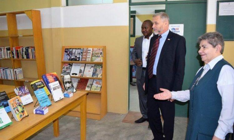 Le Chargé d'Affaires de l'Ambassade des Etats-Unis, Richard Bell, a visité l'American Corner