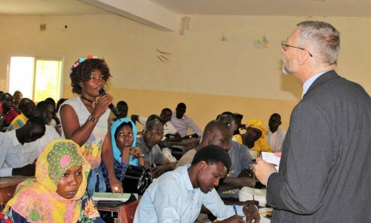 Le Chargé d'Affaires Bell parle de la sécurité régionale avec des étudiants de l'Université Emi Koussi
