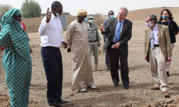 CDA Gilmour rend visite aux bénéficiaires de l'aide aux victimes des inondations de N'Djaména.
