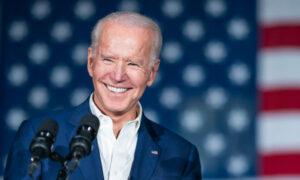 Präsident Biden hält bei einer Veranstaltung in Jackson (Mississippi) eine Rede. Er steht vor einer amerikanischen Flagge. (Foto: Weißes Haus)