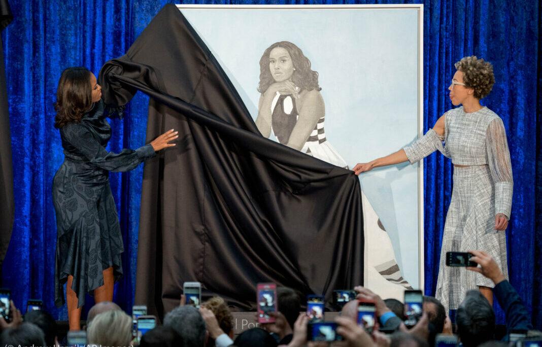 Die ehemalige First Lady Michelle Obama und die Malerin Amy Sherald (rechts) enthüllen am 12. Februar 2018 in der Nationalen Porträtgalerie des Smithsonian-Museums in Washington das offizielle Porträt von Michelle Obama. (Foto: Andrew Harnik/AP Images)