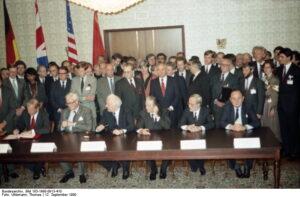 ADN-Uhlemann /13.9.90 / Moskau: 2+4-Abschlußdokument/ Die Außenminister der UdSSR, der USA, Großbritanniens, Frankreichs, der Bundesrepublik Deutschland und der Deutschen Demokratischen Republik unterzeichneten am 12.9.1990 in Moskau das 2+4-Abschlußdokument. V.l.n.r.: James Baker(USA), Douglas Hurd