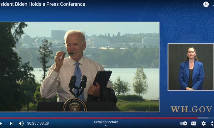 Präsident Biden setzt sich Sonnenbrille auf